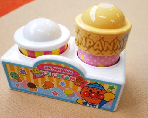 アンパンマンアイスちょうだいのカップ(左)とコーン(右)