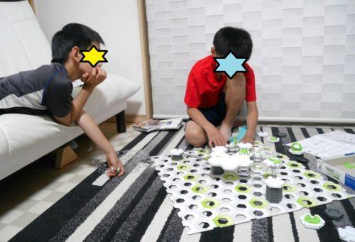 GraviTrax(グラヴィトラックス)で遊ぶ小学生の兄弟