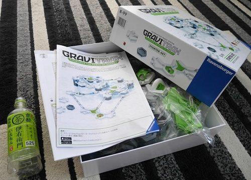 GraviTrax(グラヴィトラックス)のスターターセットの外箱と500mlペットボトルのサイズを比較
