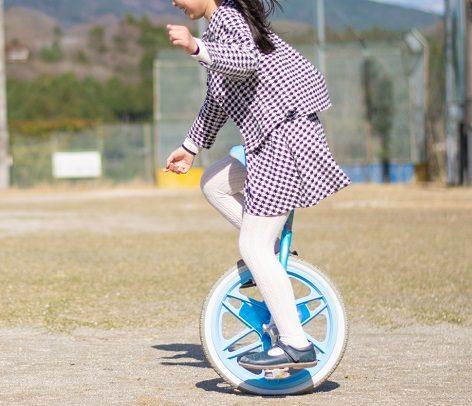 公園で一輪車に乗る女の子