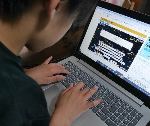 パソコンでタイピングソフトで練習している小学生の男の子