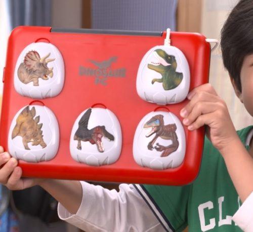 男の子向けの恐竜図鑑が入ったパソコン