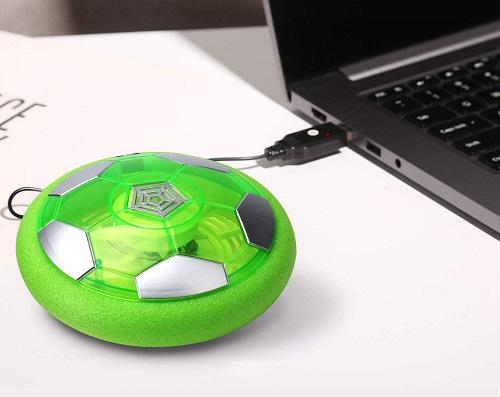 パソコンに接続して充電しているエアサッカーのボール