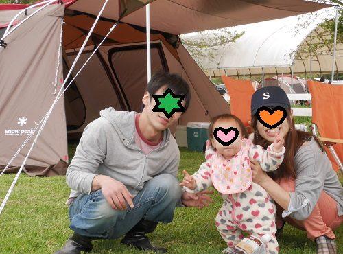 0歳児の赤ちゃんとキャンプしている家族