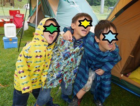 雨の日のキャンプでも子供同士で遊んでいる幼児