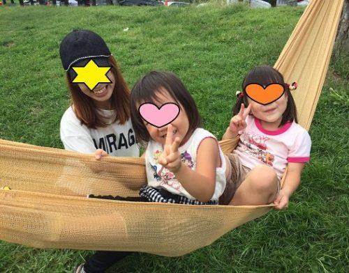 ハンモックで遊ぶ4歳の女の子2人