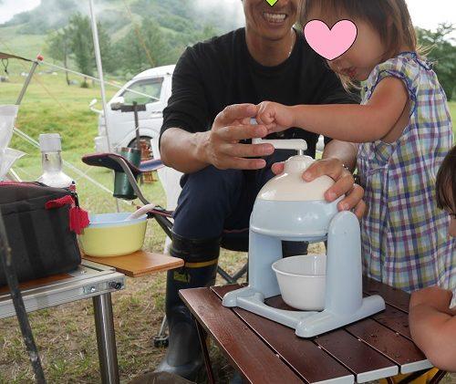 ドウシシャの手動かき氷機でつくる2歳女の子