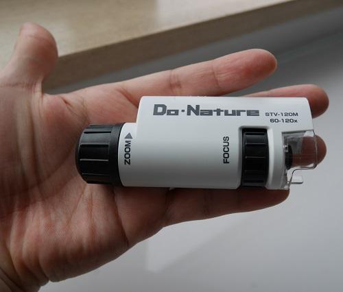 Do・Natureの顕微鏡を手の上にのせているところ