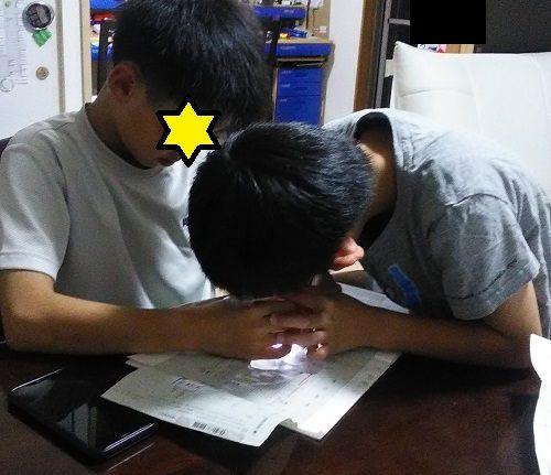 Do・Nature の顕微鏡で紙をのぞいている小学生の男の子