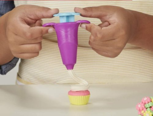 「プレイ・ドー キッチンのくるくるスイーツメーカー」の絞りだし器でデコレーションしているところ