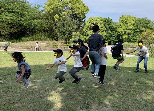 大人と子供7人で跳ぶ大縄跳び