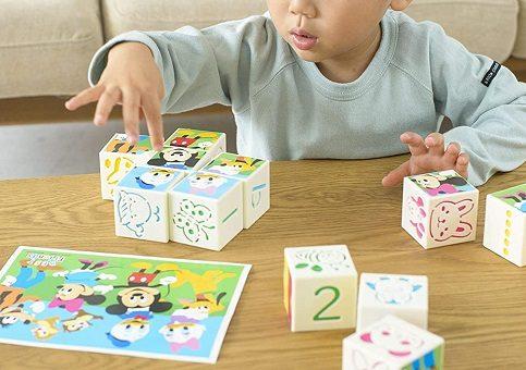 ディズニーの絵合わせキューブパズルで遊ぶ男の子