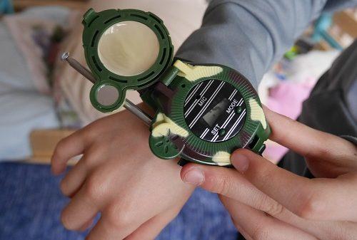 腕時計型トランシーバーのおもちゃを開いているところ