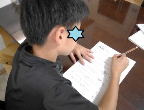 きっずゼミの実力判定テストを受けている小学6年生の男の子