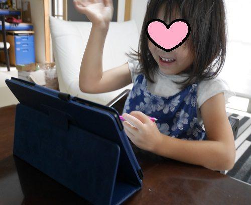 タブレット学習「RISU]で、算数の問題の説明を見て喜んでいる女の子