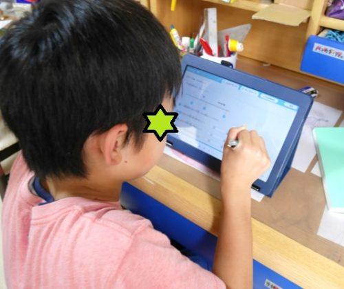 集中してRISUの問題を解いている小学4年生の男の子