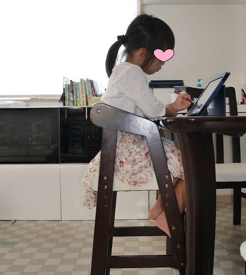 タブレット学習RISUを椅子に座って使っている5歳児