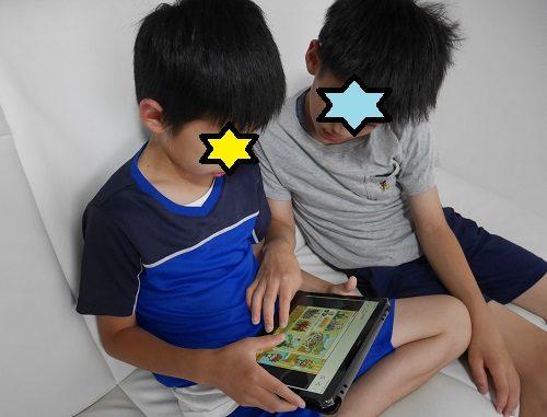 タブレット学習「すらら」の「織田信長」の解説動画を熱心に見ている兄弟