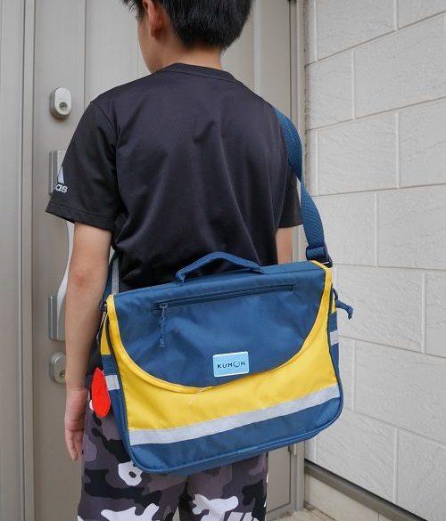 くもんのバッグを背負っている小学生の男の子
