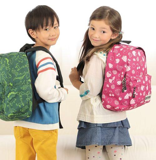 小学校低学年(6歳)がアウトドアプロダクツのリュックサック(11L)を背負っているサイズ感
