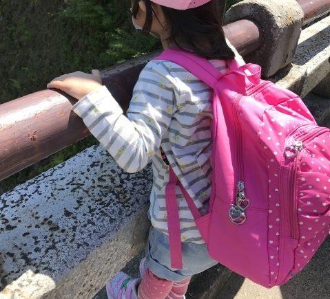 公園に遊びに行くときにリュックサックを背負っている女の子